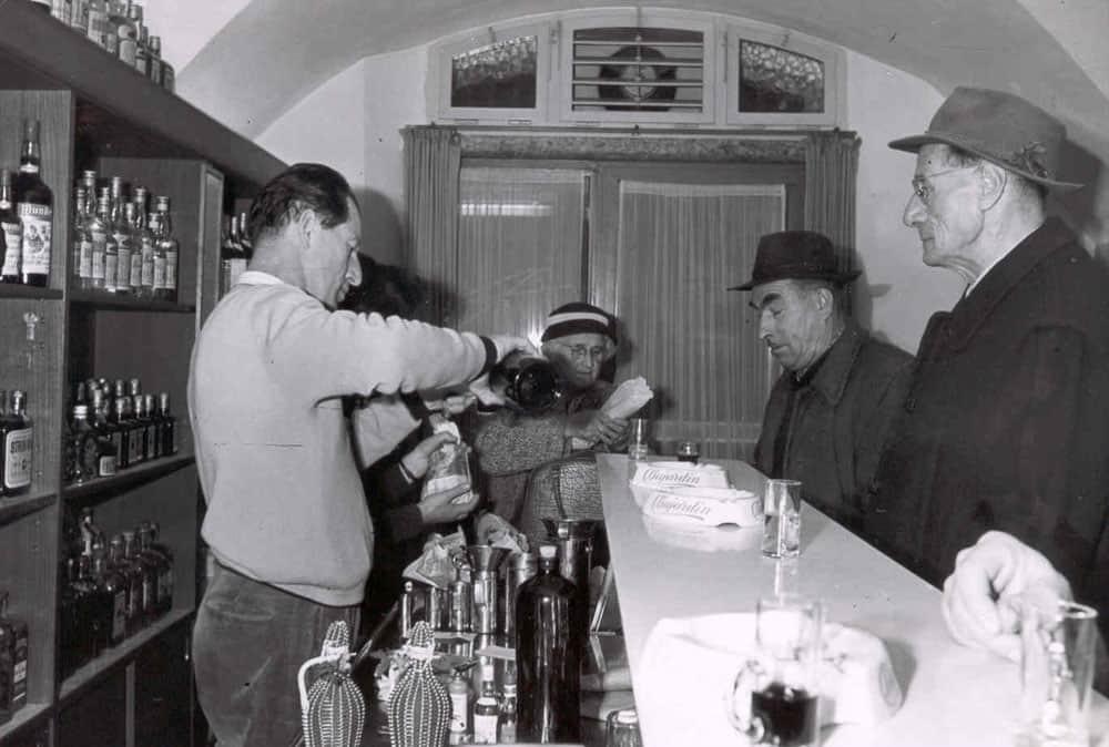 Otto Sporer beim Ausschank in der Getreidegasse